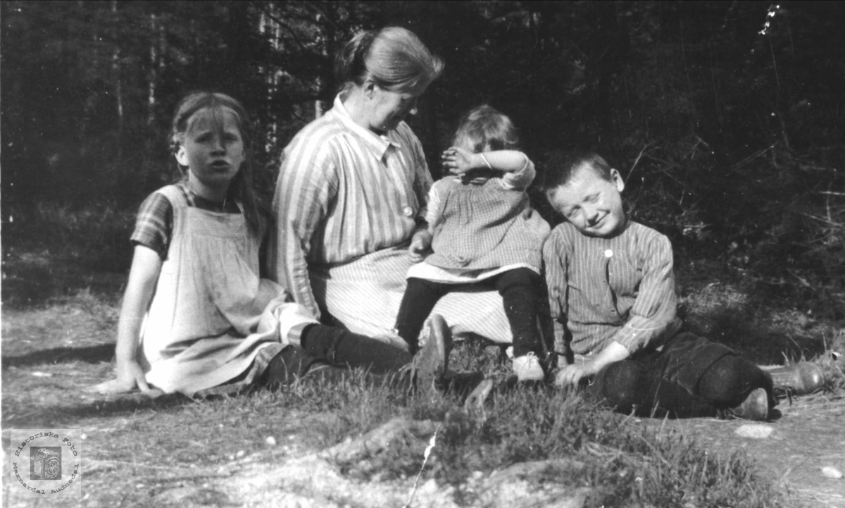 Familiebilde Anne Marie, Anette, Amalie og John Larsen