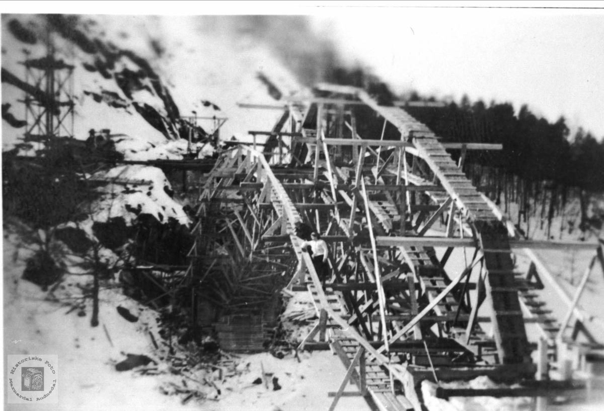 Bygging av jernbanebru over Mandalselva  i Regeviga, Øyslebø.