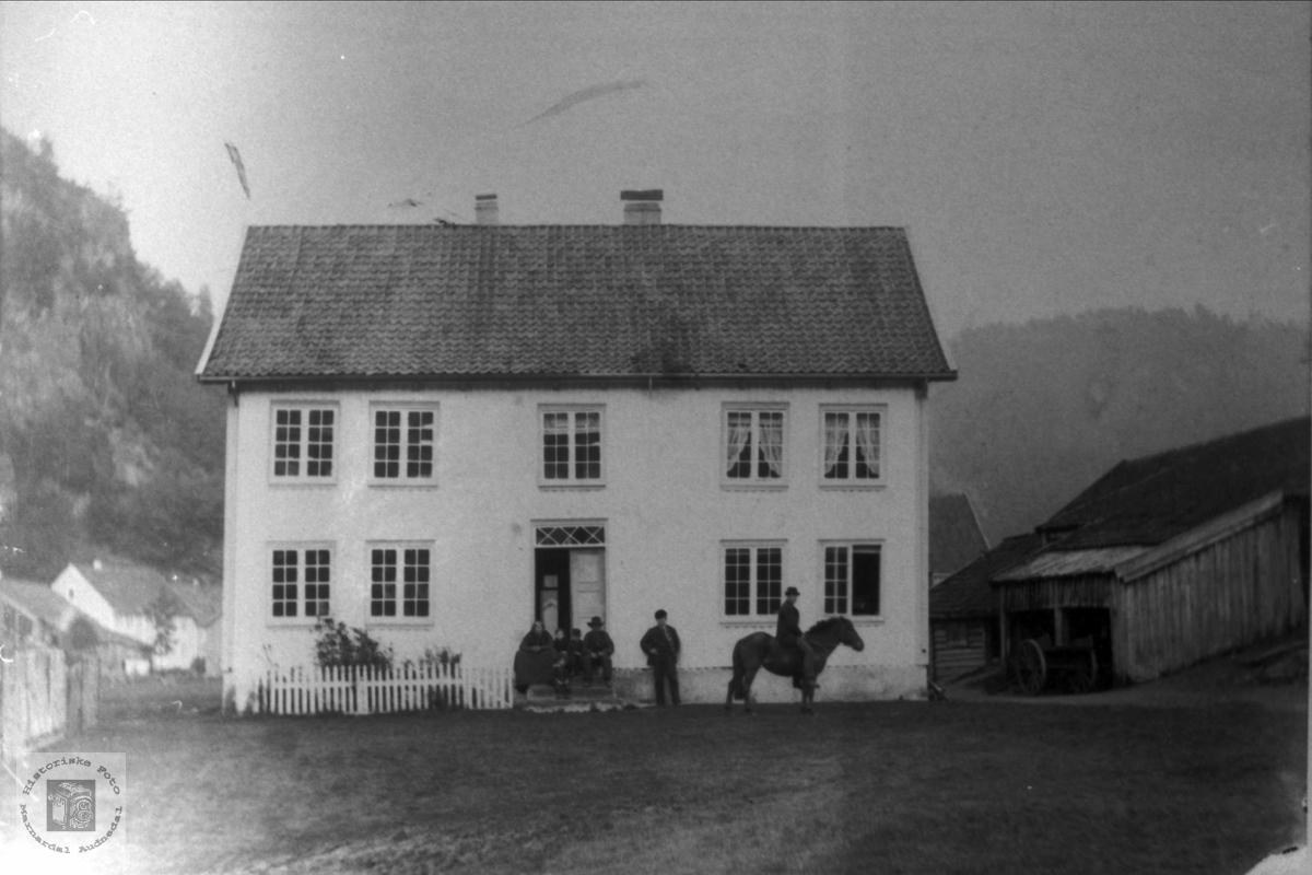 Jon Larson Bruket på Øyslebø.