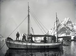 Fem mann på dekk med fjell i bakgrunnen - Fiskeskøyten 'Duen