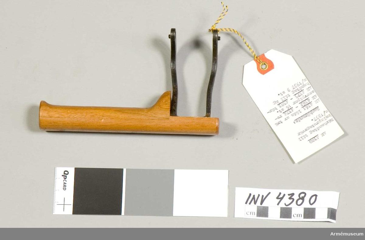 Samhörande nr är 4361-4383.Bärhandtag m/1937 t kulsprutegevär.