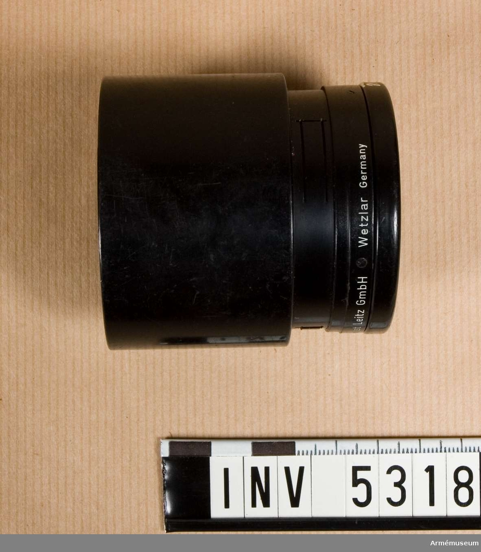 Motljusskydd för Leitz Telyt brännvidd 200 mm, f:4,5. Färgen är svart med vit text.
