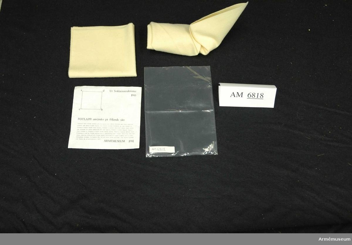 """Souvenir 1982. Mått: 400 mm x 400 mm. Fotlapp i ylle. Såld som souvenir vid utställningen """"Rustning  utrustning"""" under 1981.   Samhörande nr: AM.6808-6818"""