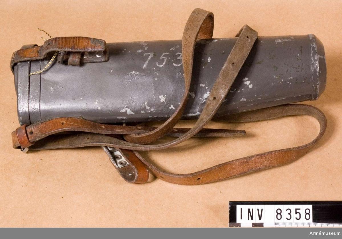 Samhörande nr är 8357-8, kikarsikte, fodral.Fodral t kikarsikte m/1941. Kikarsiktfodral f kikarsikte m/1941, passar till gevär m/1896 AM 6923. Märkt 753.