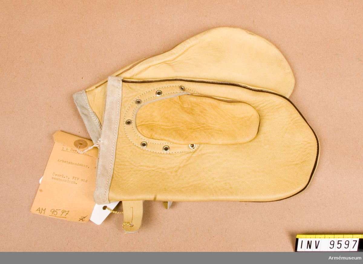 Tumarbetshandskar. Arbetshandskar av gult, kraftigt skinn.