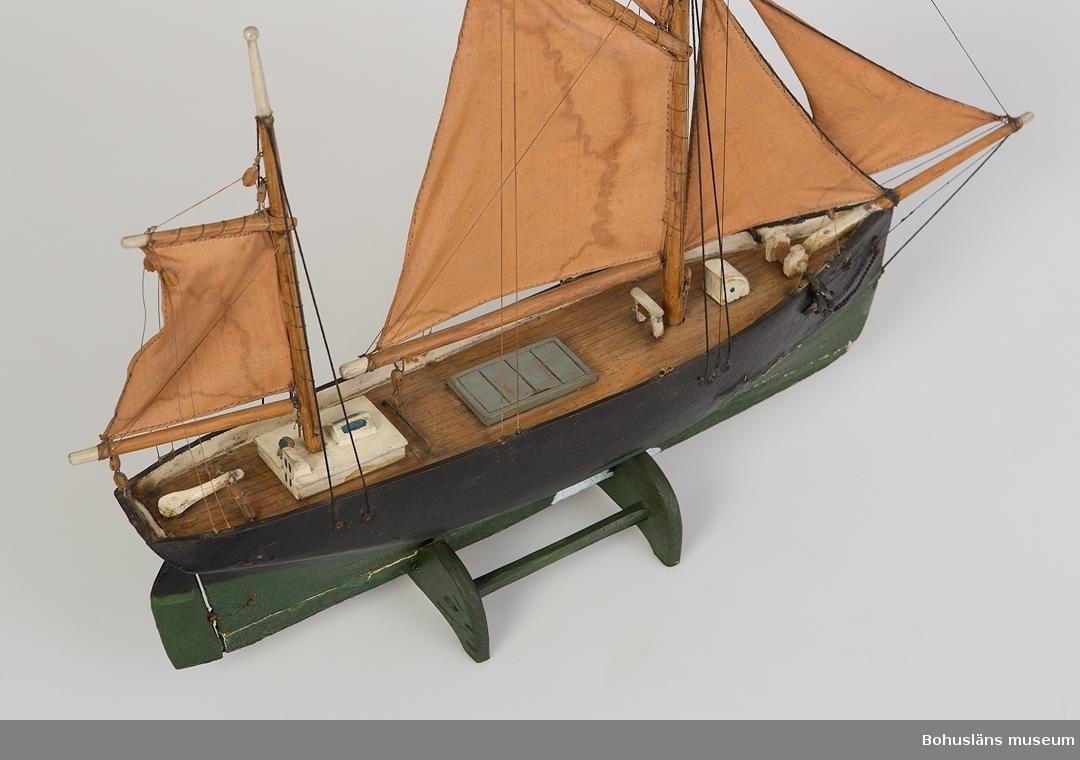 Modell av kuttern Efraim, Fiskebäckskil. Svart skrov och grönmålad botten.  Ur handskrivna katalogen 1957-1958: Båt, kuttern Efraim L. c. 47 cm. (bogsprötet ej inberäknat) Tågvirket å riggen trasigt. Föremålet för övrigt helt.