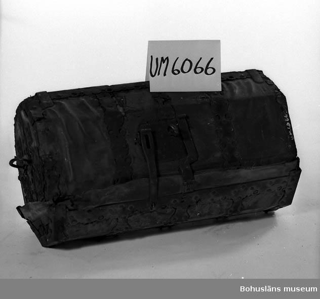 Ur handskrivna katalogen 1957-1958: Reskoffert, åttakantig L.: 75 cm. H.: 42 cm. Br.: 35 cm. Av trä, läderklädd, m. järnbeslag. Lås m. nyckel. Handtag på gavel. gångjärn trasiga.  Lappkatalog: 84
