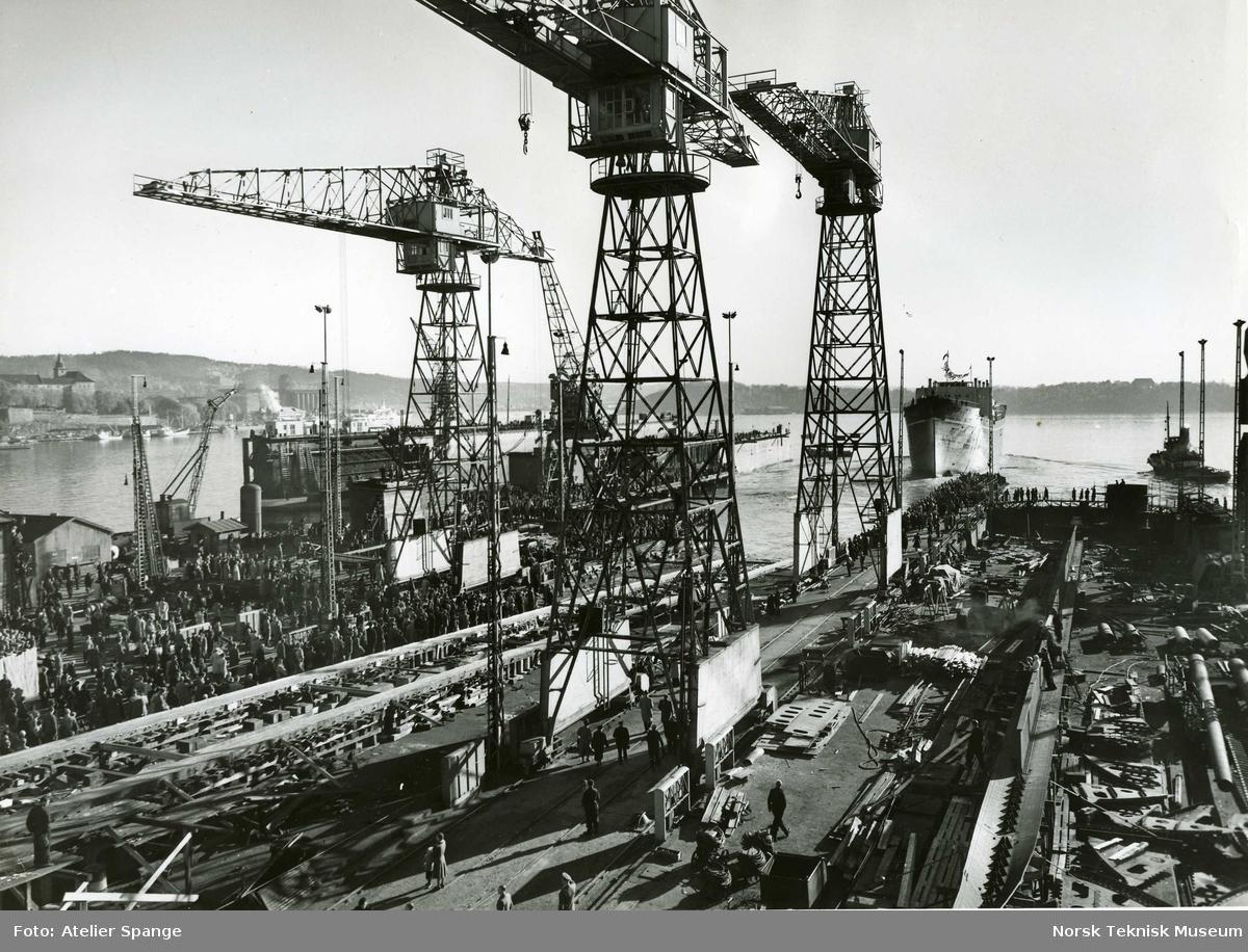 Stabelavløpning, cargolineren M/S Tabor, B/N 492 på Akers Mek. Verksted i 1951. Skipet ble levert i 1952 til Wilh. Wilhelmsen.