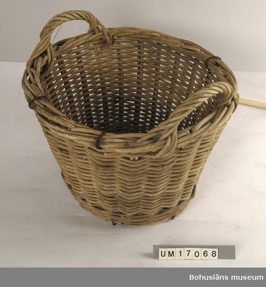 Föremålet visas i basutställningen Kustland,  Bohusläns museum, Uddevalla.  471 Tillverkningstid 1950 CA  Rund. Två bärhandtag. Förstärkt med järntråd. Troligen tillverkad i England. Korgen är vrakad - hittad och upptagen - vid fisketur. Inventerad 1996-09-23 GH.