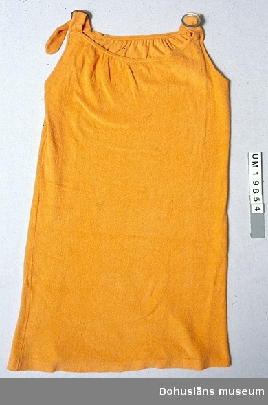 """Rödgul (orange) ärmlös solklänning av strechfrotté (trikå). Rak modell med 3,5 cm breda reglerbara axelband med spänne av  vitmetall framtill. Upptill fram och bak svagt ringad och rynkad,  mer fram än bak. Vit tygetikett med blå text: """"44 MADE IN SWEDEN BY Eiser"""", fastsydd  invändigt i ena sidsömmen. Något noppig. Märke efter utdragen tråd (?) fram."""