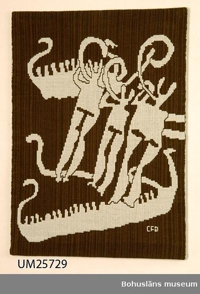 """571 Användningstid *? 471 Tillverkningstid 1960-1995? 433 Teknik 1 *DUBBELVÄV)  Vävnad med varp av halvblekt lingarn och brunt ullgarn i olika nyanser och inslag av mycket ljust grått och brunt ullgarn. Har ett motiv inspirerat av hällristningar; skepp med """"bemanningssträck"""" och tre lurblåsande figurer. (Mönstret är ljust mot melerad brun botten.) Monterad på en träfiberplatta? som är klädd med halvlinnetyg."""