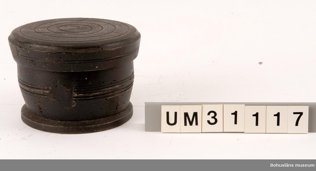 Svarvad kompassask för  luftkompass, saknar kompass och lock, eftergjord kompassrostavla. Använd ombord på sjöbåt/bankskuta, 1800-tal.  För ytterligare upplysningar om Carl Gustaf Bernhardson samt om förvärvet, se UM31100.