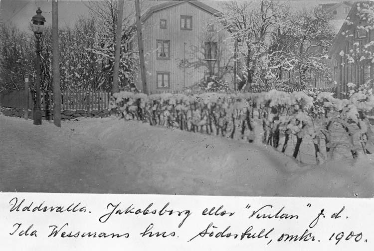 """Text på kortet: """"Uddevalla. Jakobsberg eller """"Vesslan"""" f.d. Ida Wessmans hus Södertull, omkr 1900""""."""