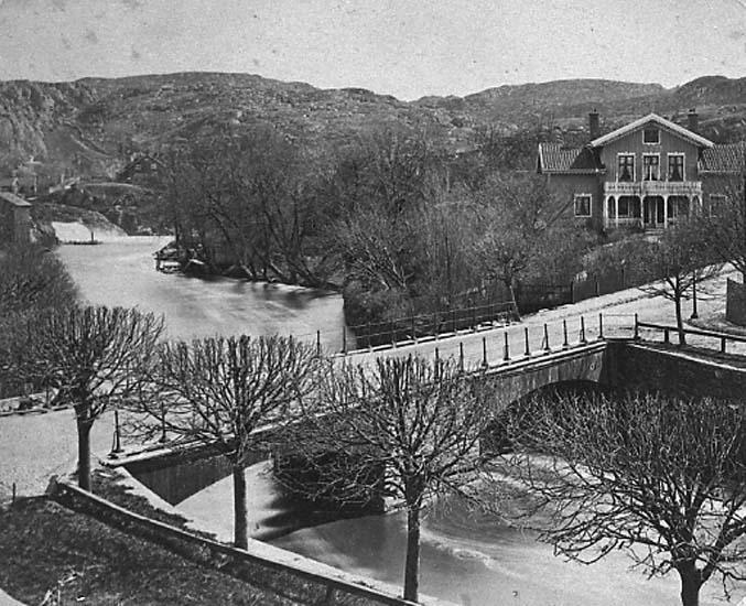 """Enligt text på fotot: """"Bäveån vid Hasselbacken. Träbron från nordväst""""."""