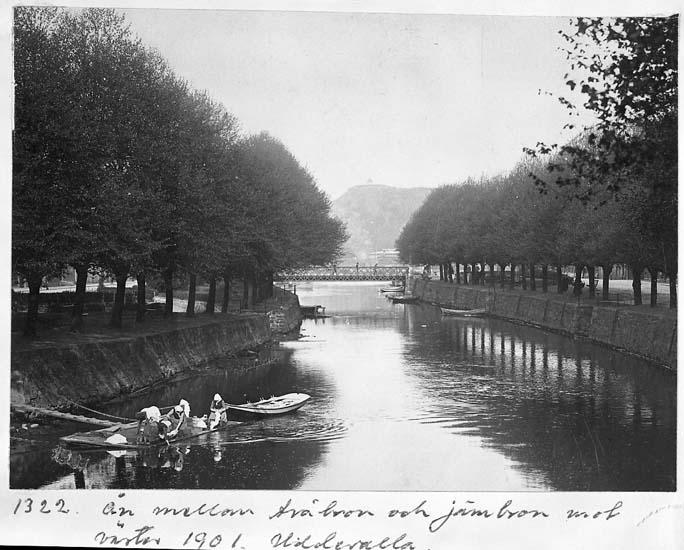 """Text på kortet: """"Ån mellan träbron och järnbron mot väster 1901. Uddevalla""""."""