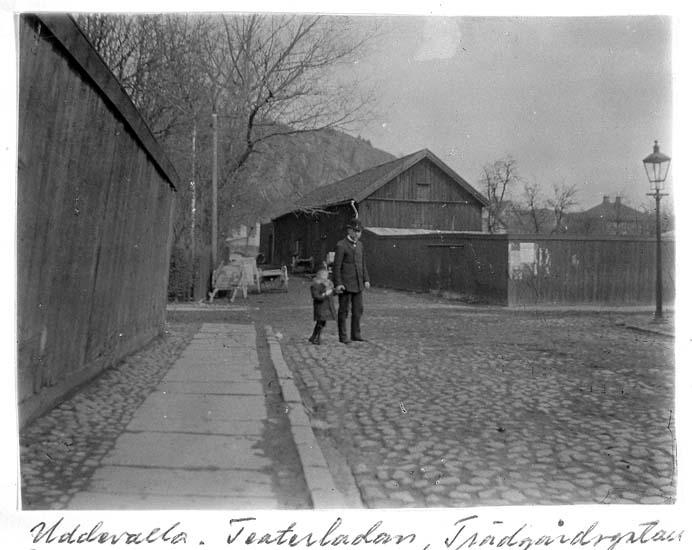 """Text på kortet: """"Uddevalla. Teaterladan, Trädgårdsgatan, år 1900 samma år ladan revs""""."""