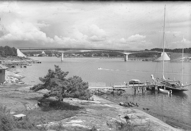"""Enligt AB Flygtrafik Bengtsfors: """"Tjörnbroarna Stenungsundsbron Bohuslän""""."""