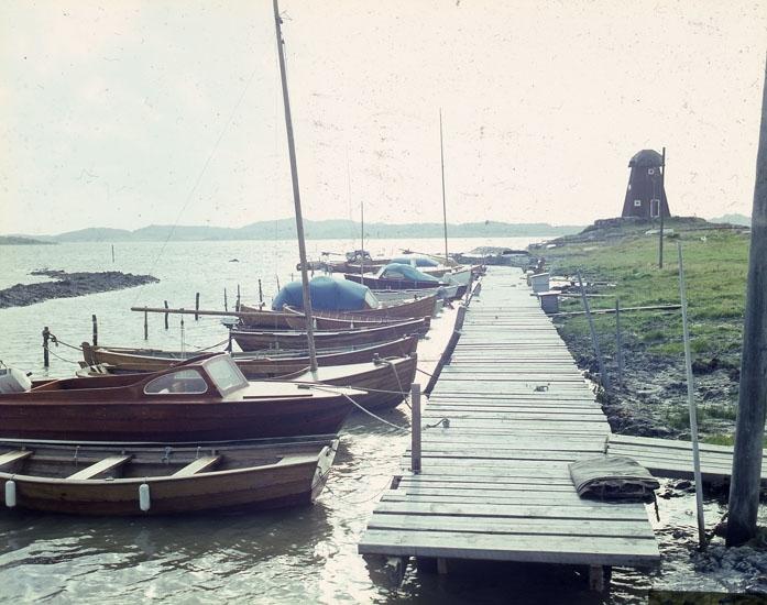 """Enligt AB Flygtrafik Bengtsfors: """"Lycke båtbrygga Bohuslän""""."""
