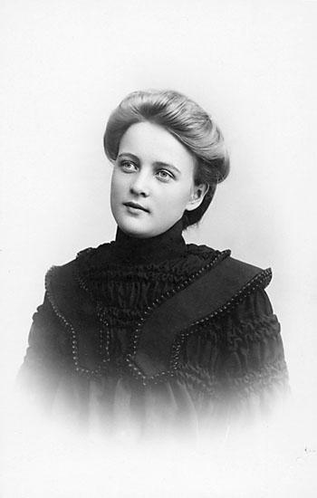 """Enligt noteringar: """"Jennie Johansson."""" Stämpel på framsidan: """"Falk, Karlshamn, Filial: Hoby."""" Inpräglar på fotot: """"1904."""""""