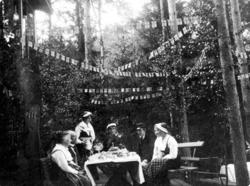 """Enligt noteringar: """"Lilla mors födelsedag 7 Aug 1914. Kaffeb"""