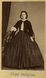 """Text på kortets baksida: """"Olga Bergius Näfvekärr""""."""