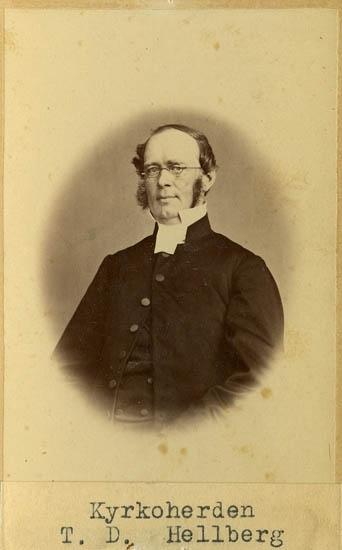 """Text på kortets baksida: """"Kyrkoherde o prost i Tanum.Thure David Hellberg, f. 1818""""."""