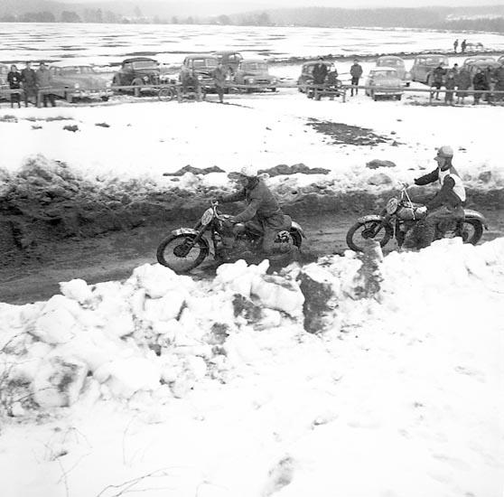 """Enligt notering: """"Motorcross Backamo annandag påsk april 1955""""."""
