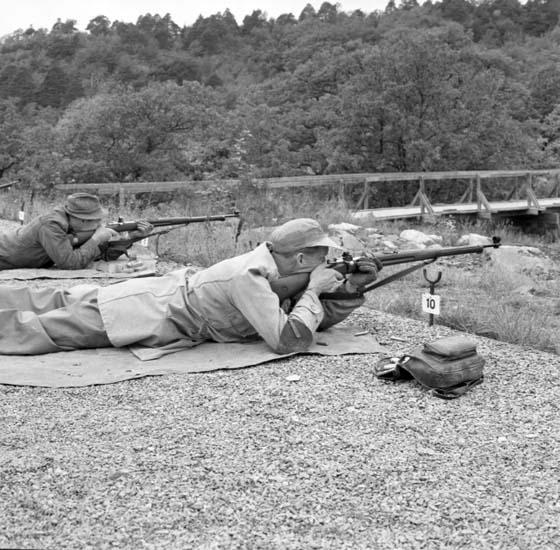 """Enligt notering: """"DM - armegevär d 12/10 -58""""."""