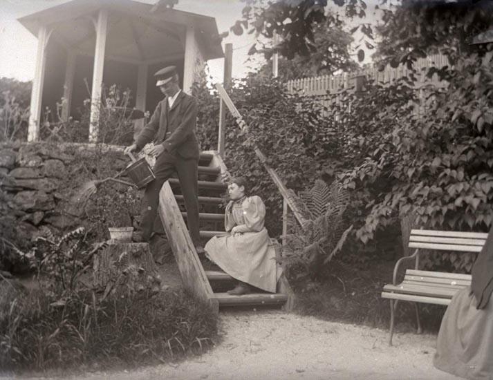 Carl-Gustaf o. Arfhild på trädgårdstrappan. 11/6 1895. ::
