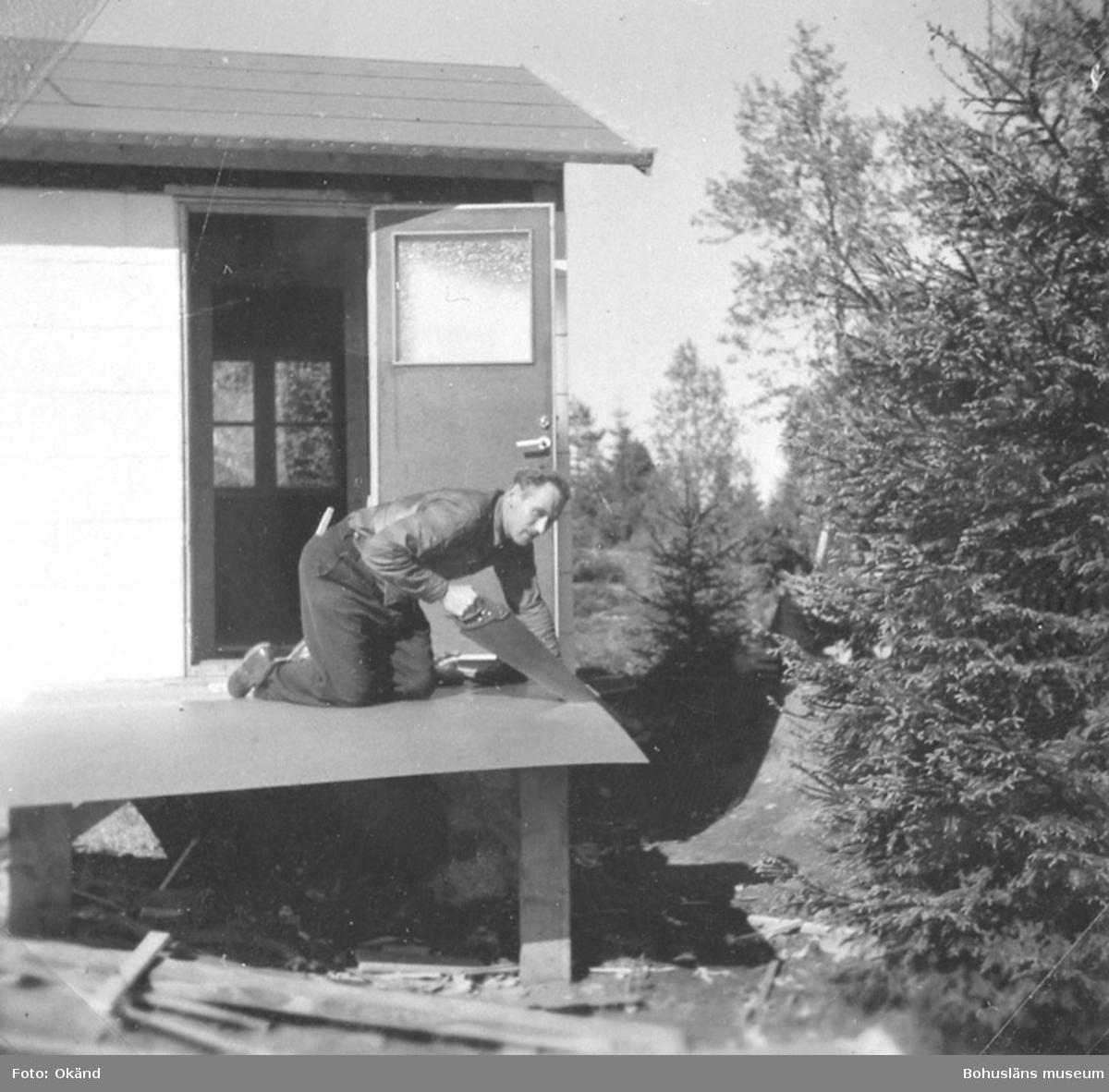"""Text till bilden: """"Hans och Hertha Busch bygger en stuga, Herrestadsfjället, 1955""""."""