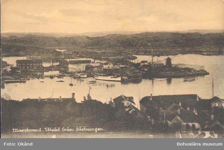 """Tryckt text på kortet: """"Marstrand. Utsikt från fästningen."""" """"Förlag: Axel Hellman, Marstrand."""""""