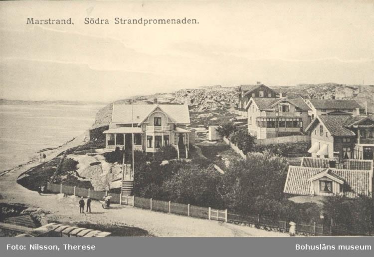 """Tryckt text på kortet: """"Marstrand. Södra Strandpromenaden.""""   ::"""