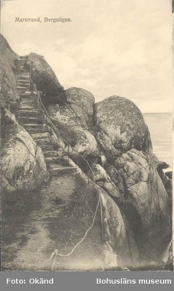 """Tryckt text på kortet: """"Marstrand. Bergstigen."""" """"Förlag: Axel Hellman, Marstrand."""""""""""