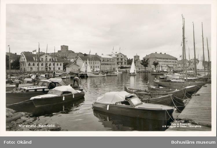 """Tryckt text på kortet: """"Marstrand. Hamnbild."""" """"Foto & Ensamrätt: A/B Almqvist & Cöster, Hälsingborg."""" """"Förlag: Axel Hellman, Marstrand."""""""