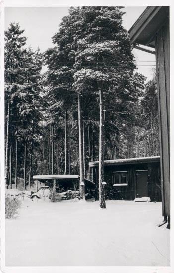 """Noterat på kortet: """"Stillingsön Myckleby Sn. Orust."""" """"Vår villa Hindsbo, snickarboden. Vintern 57."""""""