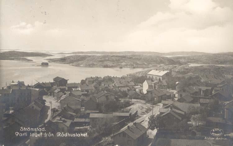 """Tryckt text på kortet: """"Strömstad. Parti taget från Rådhustaket."""" ::"""