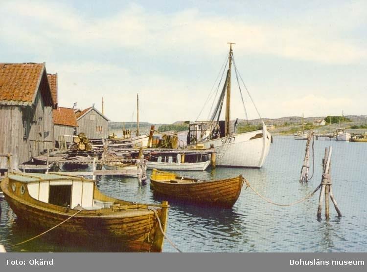 Sjöbodar och båtar vid Kostersundet.