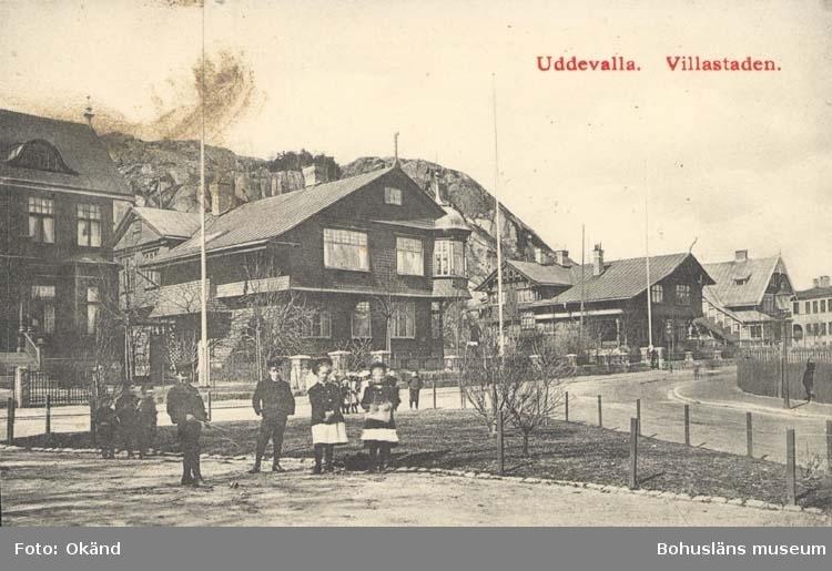 """Tryckt text på kortet: """"Parti af Villakvarteret, Uddevalla.""""  ::"""