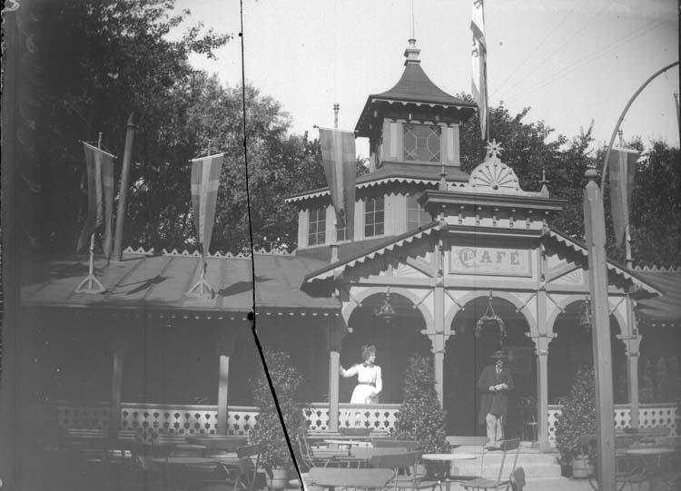 "Enligt text som medföljde bilden: ""Lysekil. N. 328. Parkens Café med Sigrid 27/8 1899."""