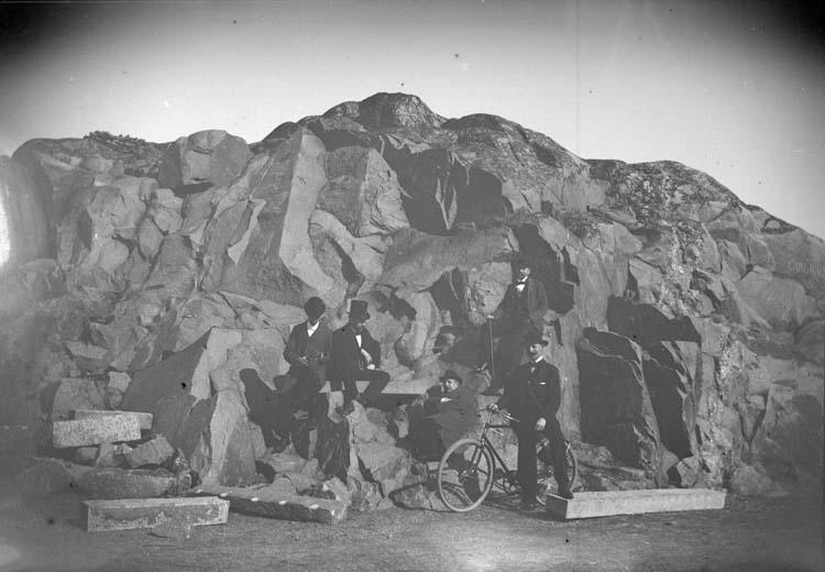 """Enligt text som medföljde bilden: """"Lysekil. Laf, Hjort, Kalle, Bås, Eric C. vid Carlavägen 1899""""."""