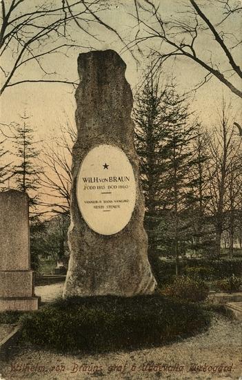 "Tryckt text på vykortets framsida: ""Wilhelm von Brauns graf å Uddevalla kyrkogård."""