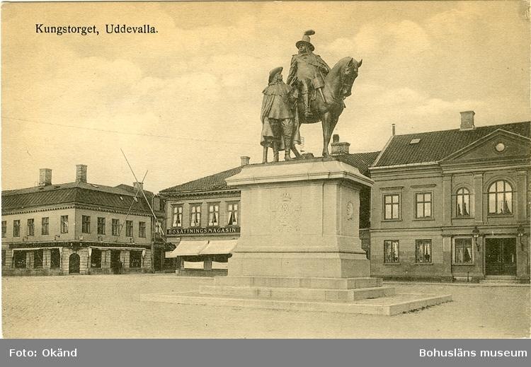 """Tryckt text på vykortets framsida: """"Kungstorget. Uddevalla."""""""