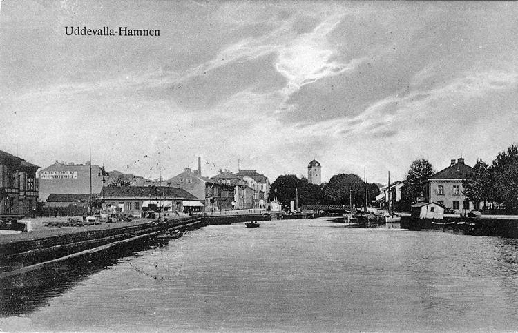 """Tryckt text på vykortets framsida: """"Uddevalla - Hamnen."""" ::"""