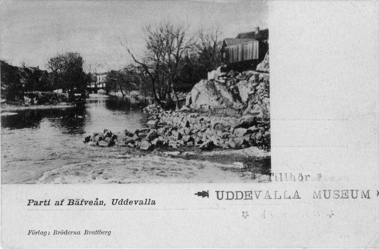 """Tryckt text på vykortets framsida: """"Parti af Bäfveån, Uddevalla.""""   ::"""
