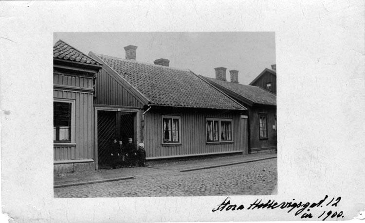 Barn i porten till Stora Hellvigsgatan 12, Uddevalla