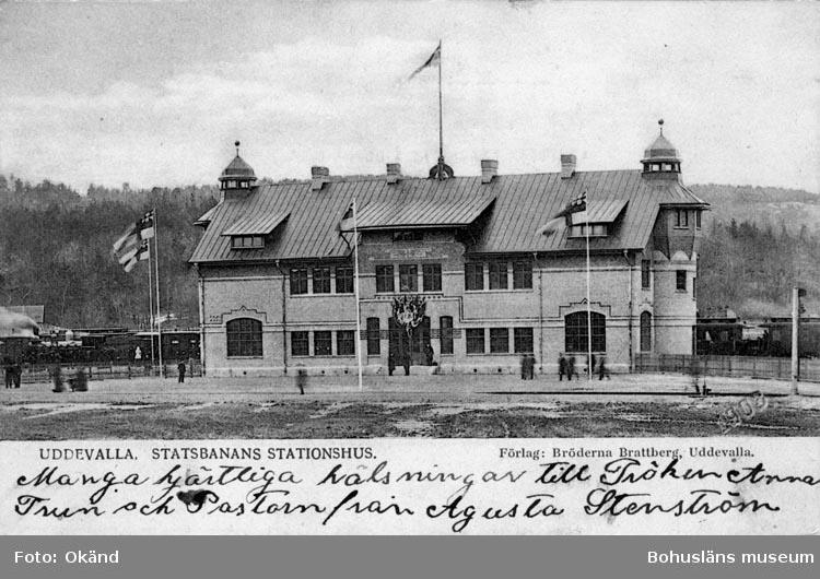 """Tryckt text på vykortets framsida: """"Uddevalla, Statsbanans stationshus."""""""