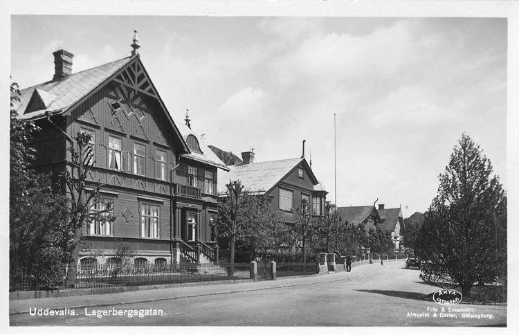 """Tryckt text på vykortets framsida: """"Uddevalla. Lagerbergsgatan"""".    ::"""