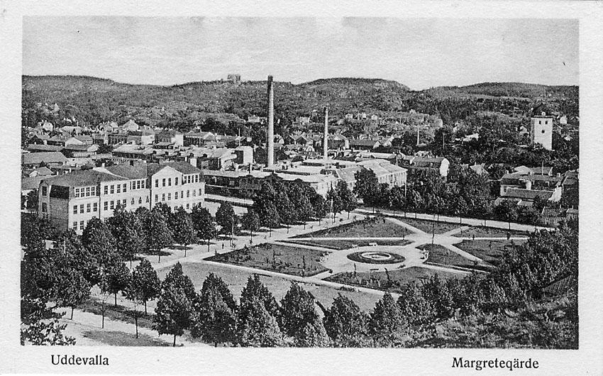"""Tryckt text på vykortets framsida: """"Uddevalla. Margreteqärde"""".    ::"""
