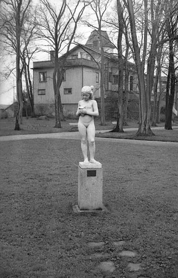 """Enligt fotografens notering: """"Statyn i Stadsparken. """"Flickan med snäckan""""."""