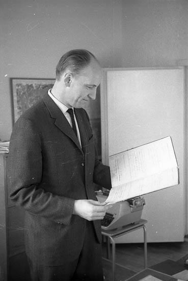 """Enligt fotografens notering: """"Sven Holmblad, postmästare. 1966 postmästare i Lysekil""""."""